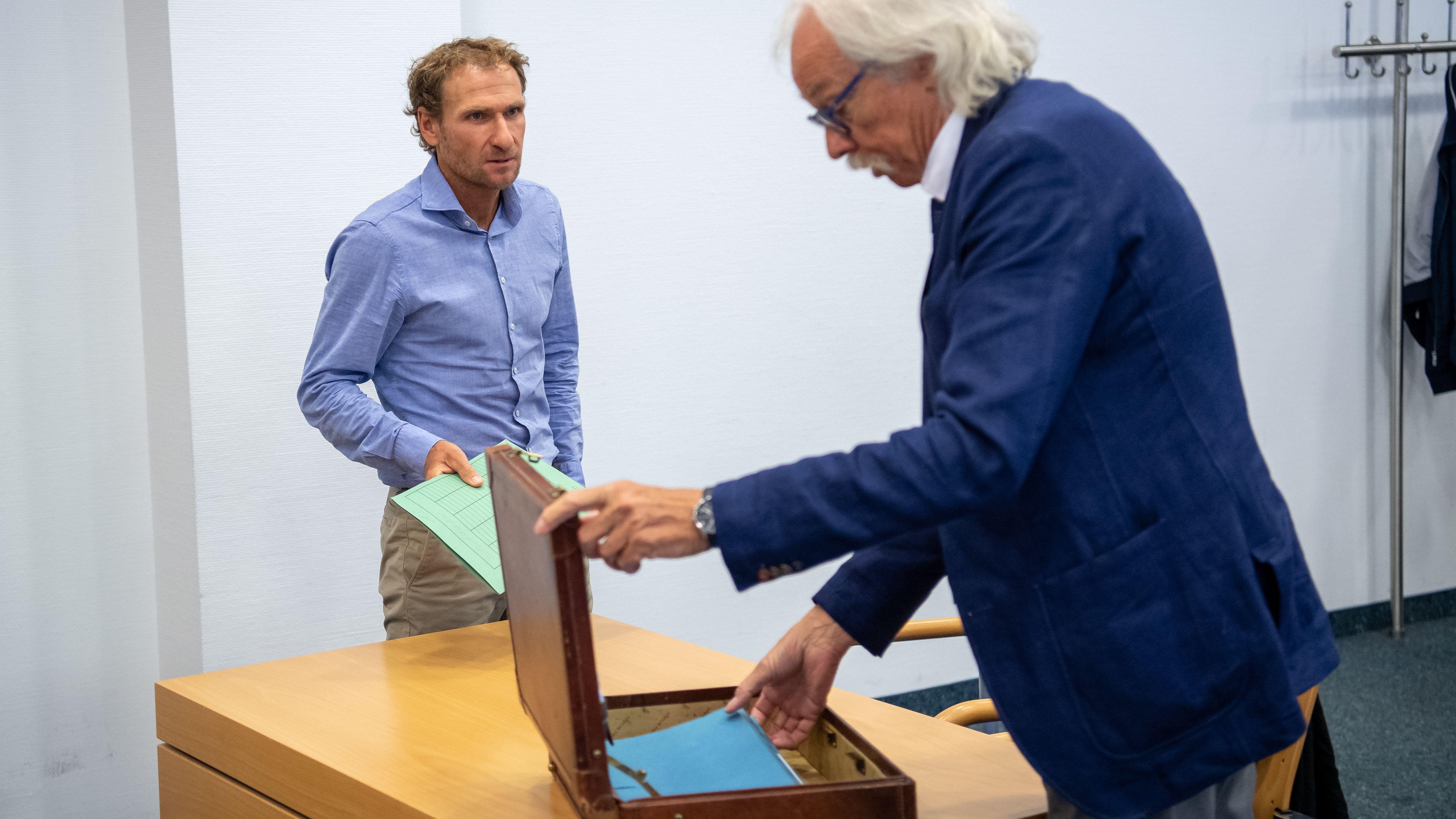 Andreas Stitzl steht vor Beginn seiner Verhandlungen um seine Waffenbesitzkarte mit seinem Anwalt Claus Huber Wilhelm im Verhandlungssaal.