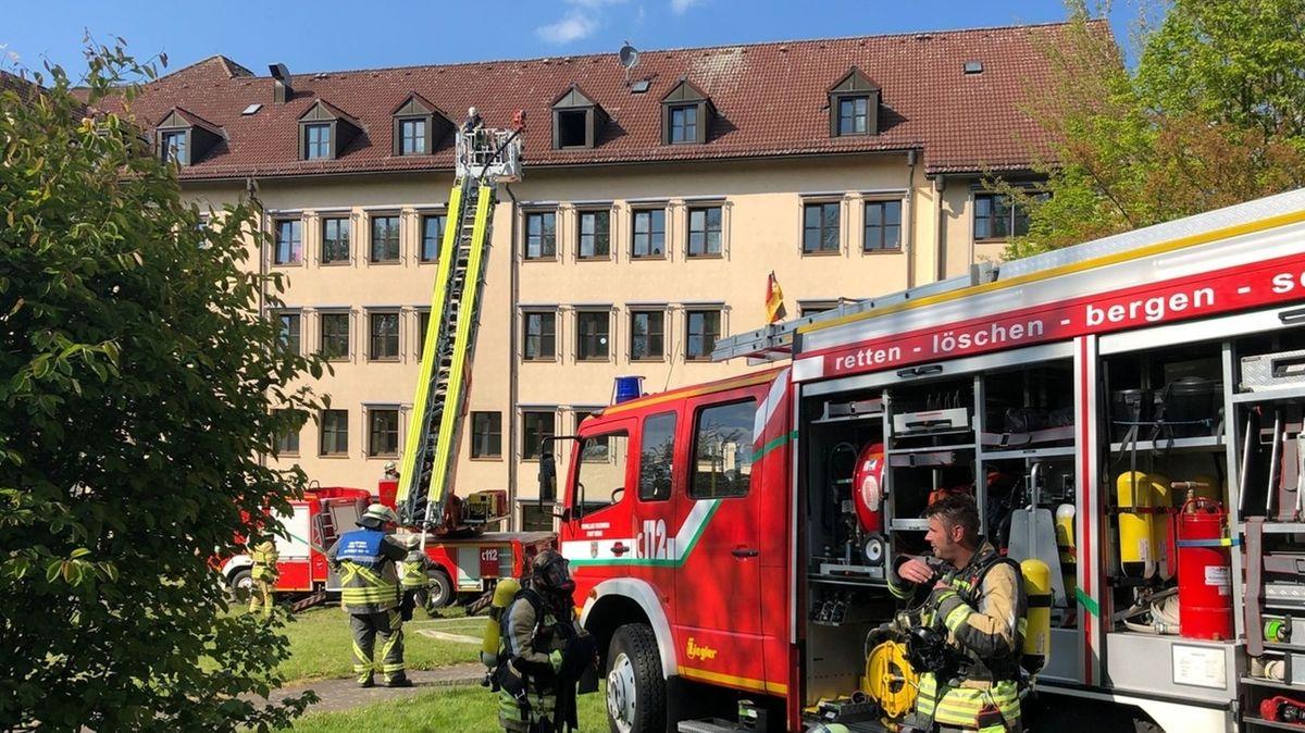 Die Feuerwehr löscht einen Brand im Dachgeschoss eines Hauses.