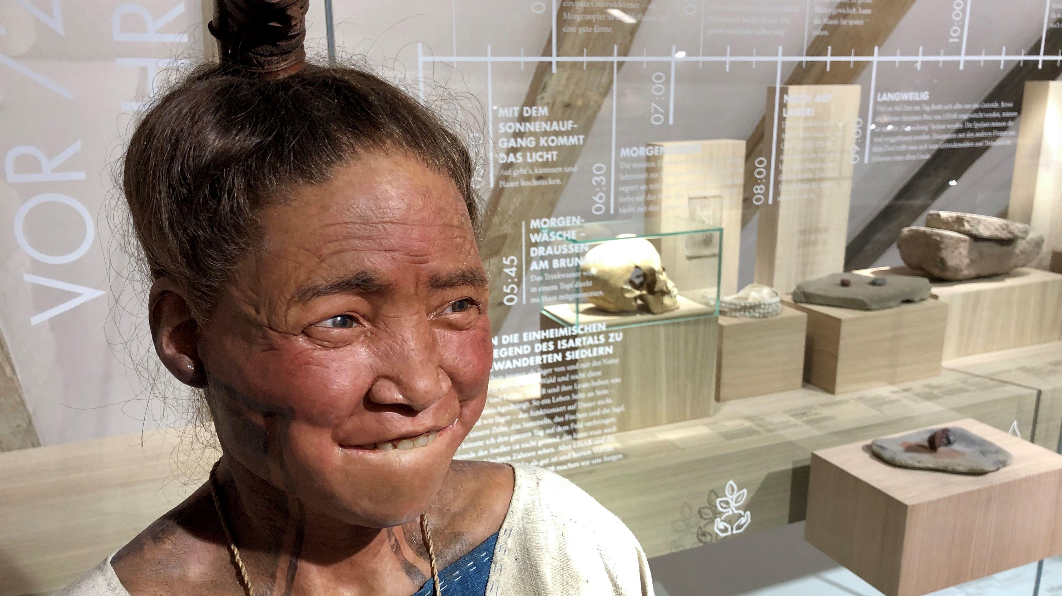 Lisar, eine lebensecht und in Originalgröße nachgebildete Steinzeitfrau