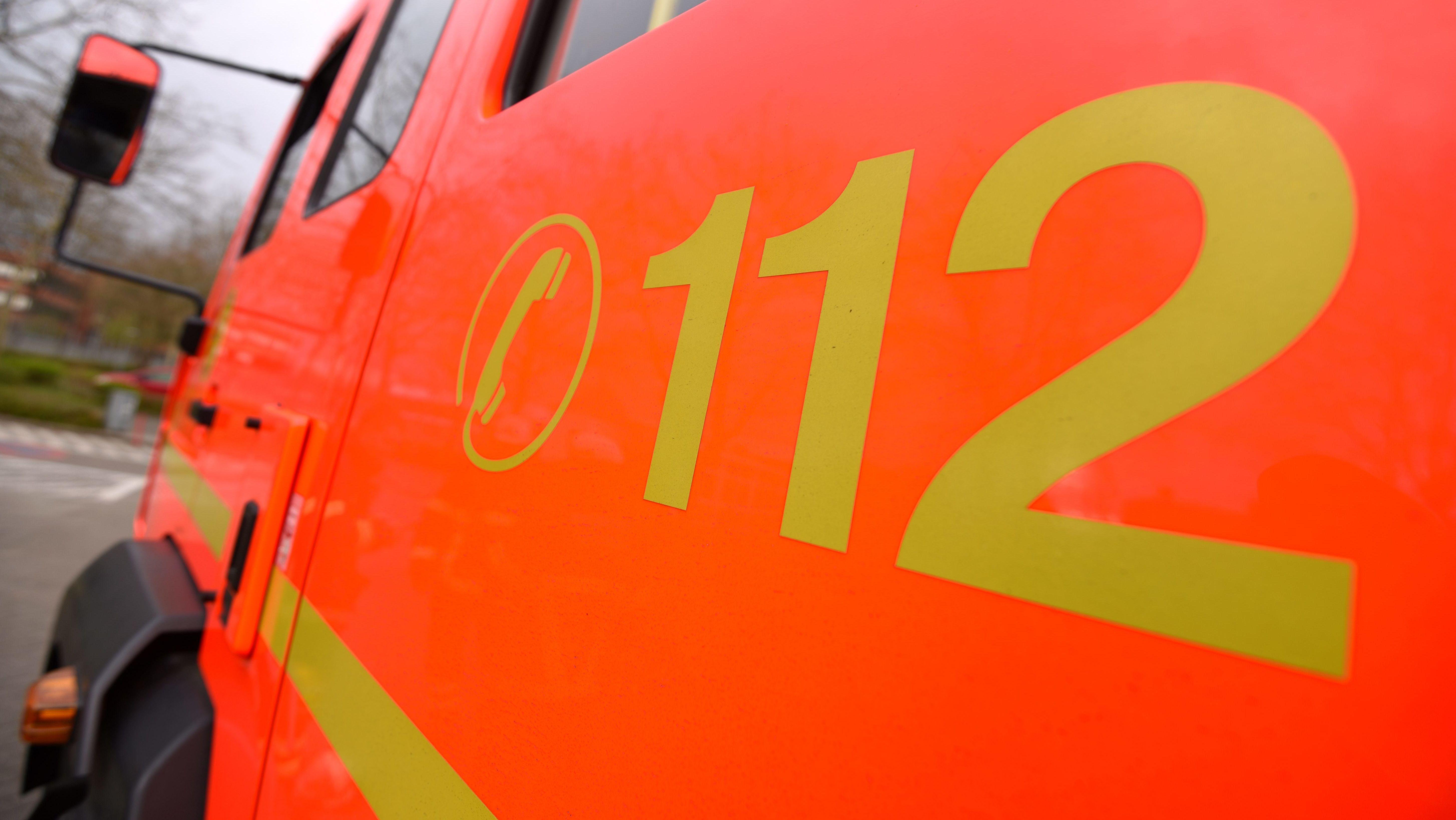 """Der Schriftzug """"112"""" steht an einem Löschfahrzeug der Feuerwehr (Symbolbild)."""