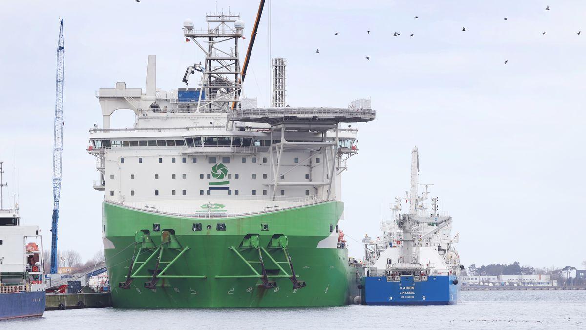 """Die """"Kairos"""" (rechts) liegt im Hafen Rostock neben der """"Orion"""" (links), um sie von der Seeseite aus mit dem Flüssiggas LNG zu betanken. Dies ist die erste Schiff-zu-Schiff-Betankung mit LNG im Hafen Rostock."""