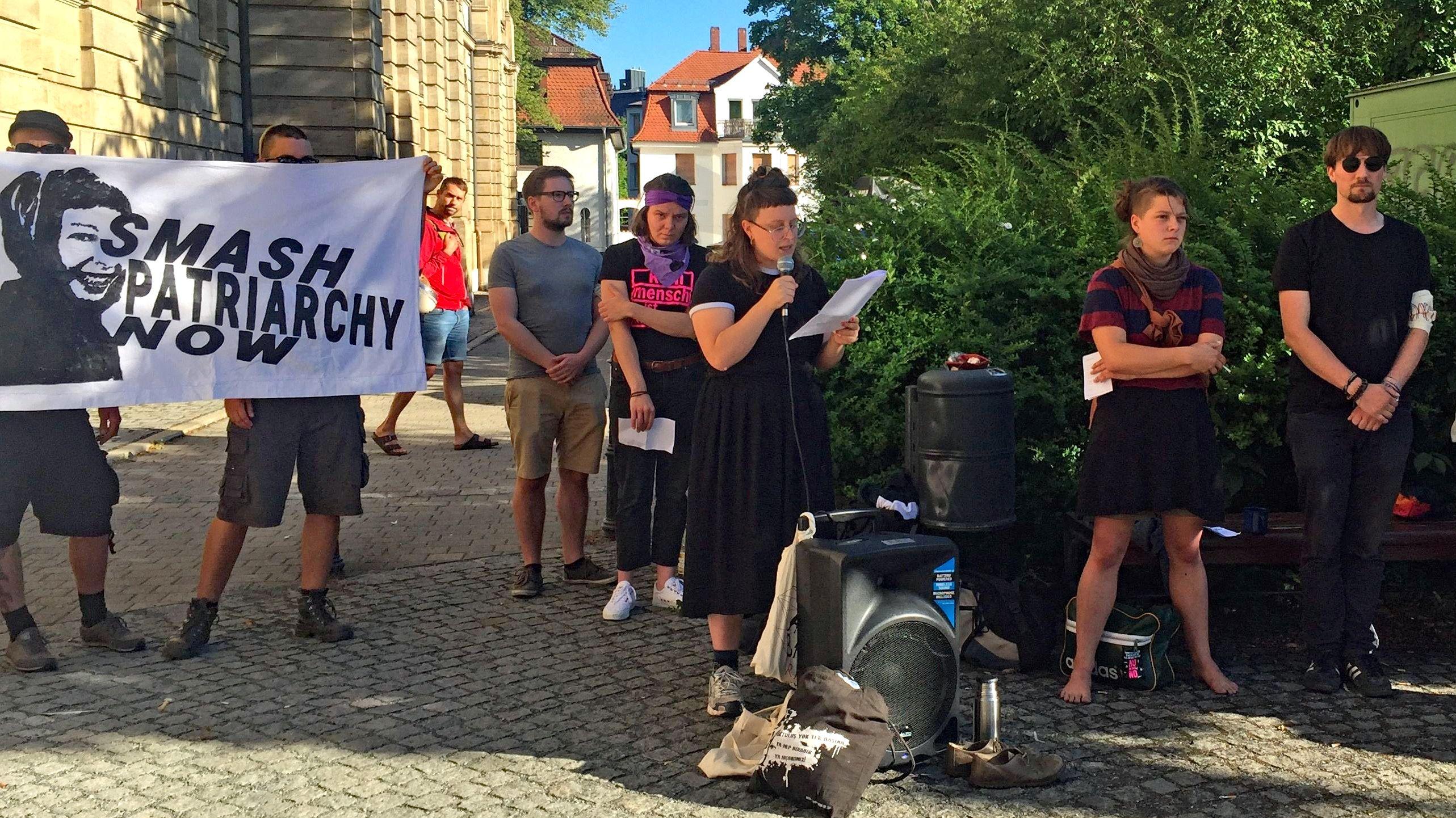 Freunde von Sophia demonstrieren.