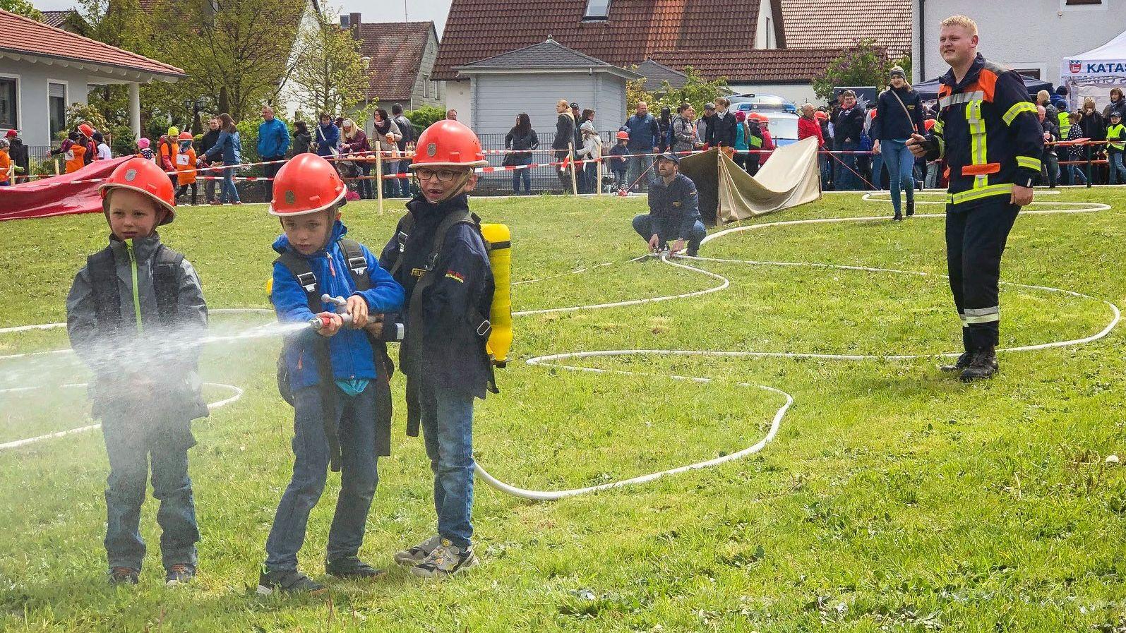 Rund 250 Kinder im Alter zwischen sechs und zwölf  Jahren haben an der Kinderfeuerwehr-Olympiade in Roding teilgenommen.