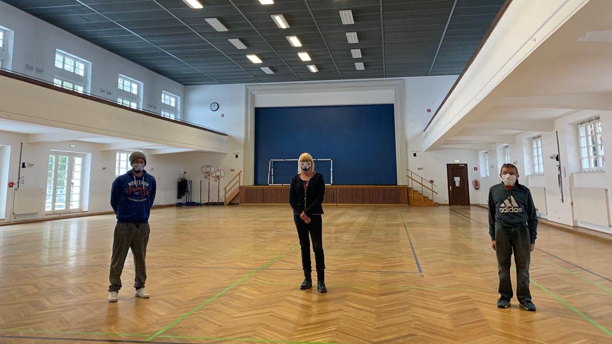 Die Verantwortlichen der Regensburger Turnerschaft in einer leeren Turnhalle