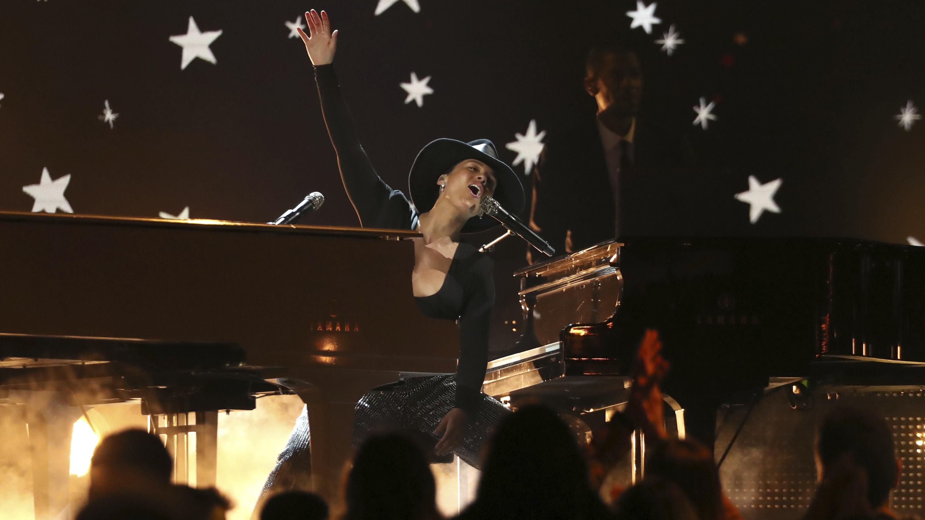 Alicia Keys auf der Bühne an zwei Klavieren