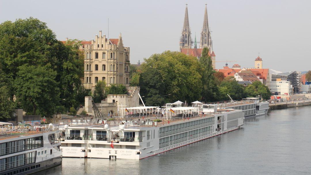 Kreuzfahrtschiffe ankern 2017 an der Regensburger Donaulände.