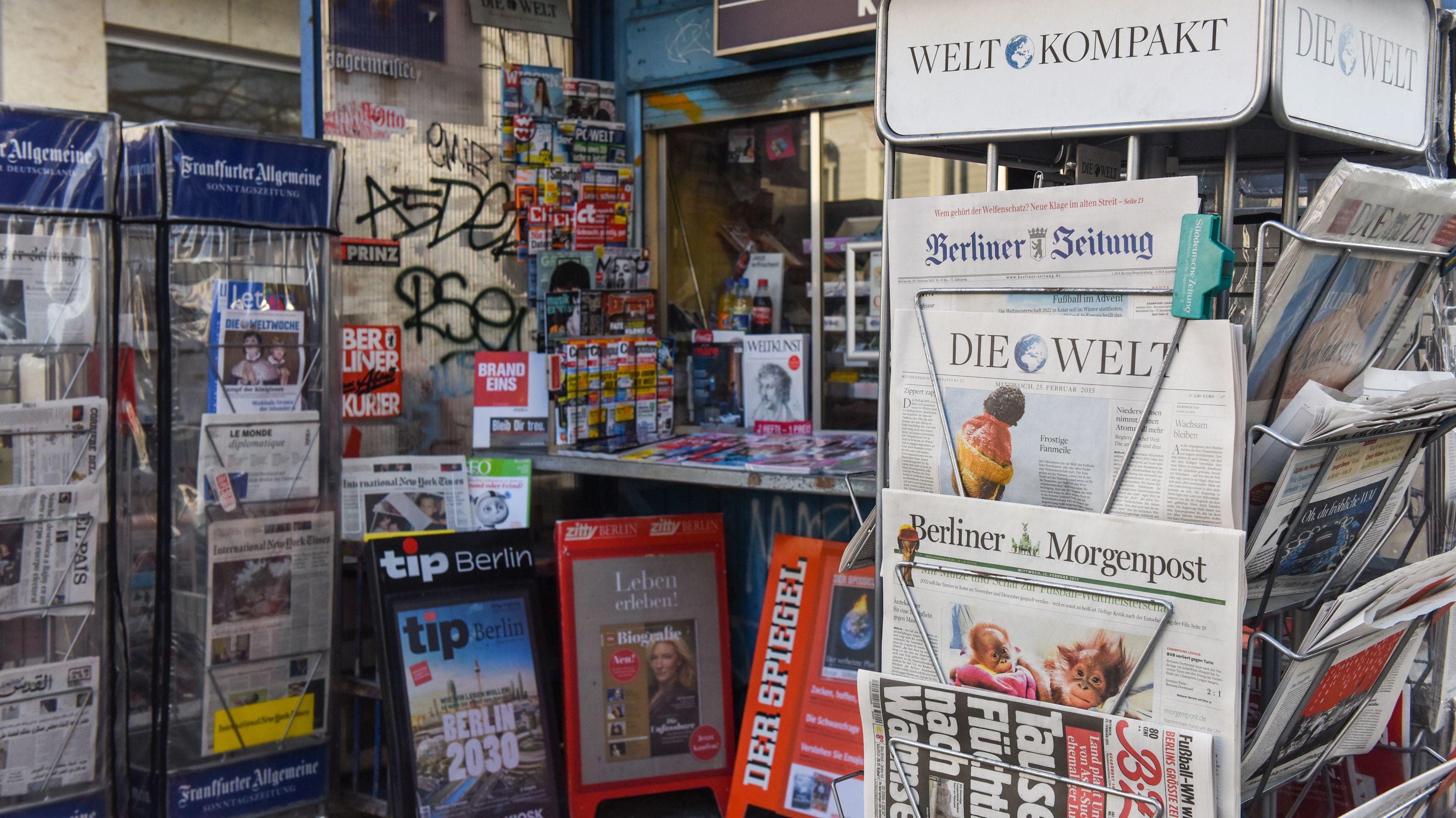 Ständer mit Zeitungen und Magazinen, an einem Kiosk in Berlin