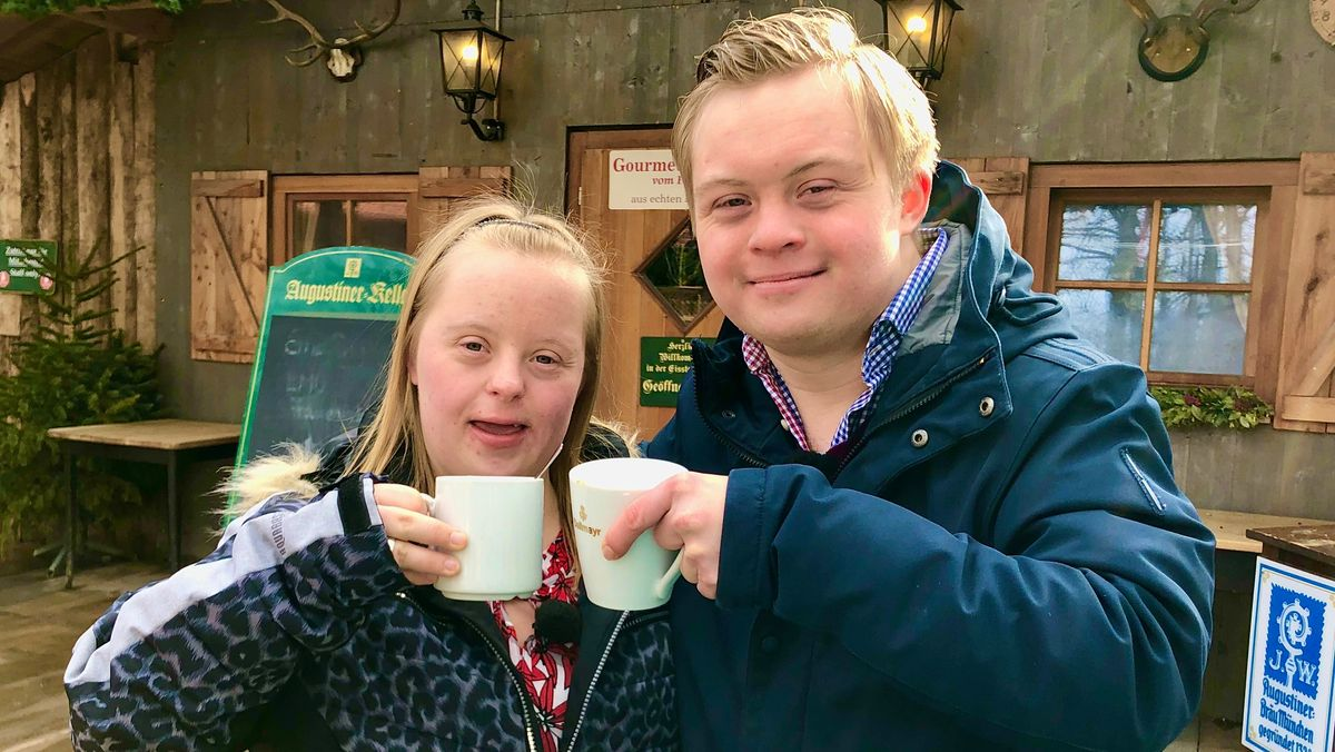 Freiheit, Liebe, Handicap: Wenn Menschen mit Behinderung erwachsen werden: Annika und Viktor im Augustiner-Biergarten.