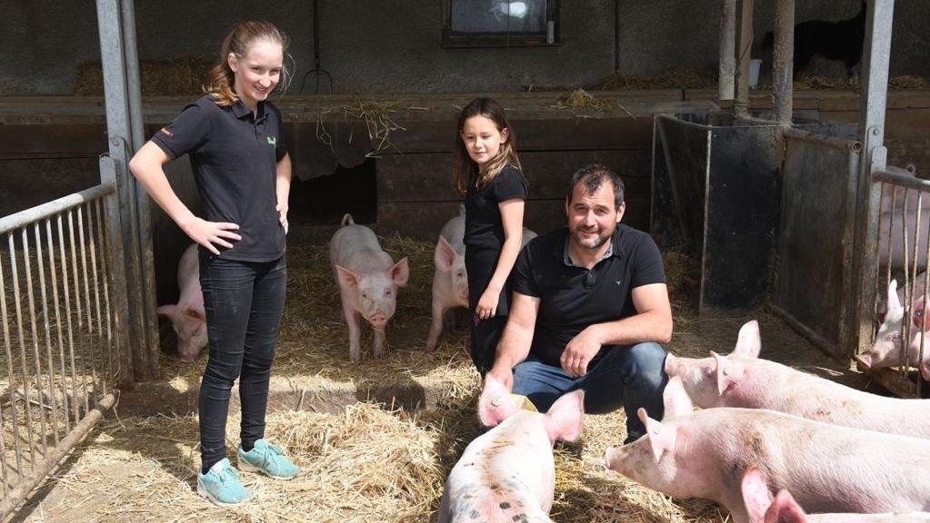 Bio-Bauer Michael Beer mit seinen Töchtern Magdalena und Johanna