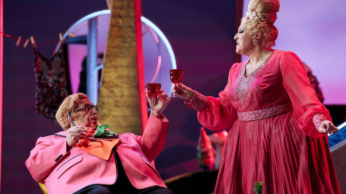 Rosa Ehe-Himmel: Die Sänger in rosa-roten Kostümen beim Zuprosten