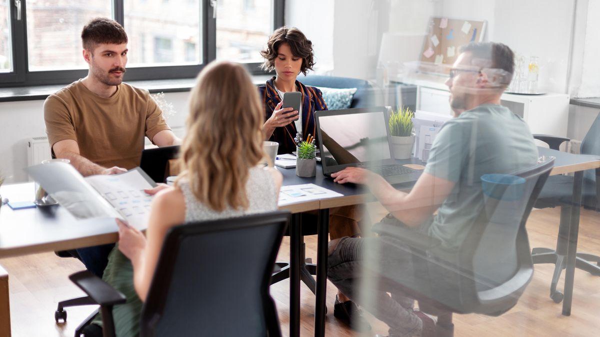 Vier Unternehmerinnen und Unternehmer sitzen zusammen und besprechen sich.