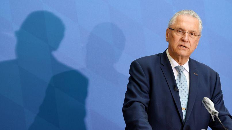 Bayerns Innenminister bei einer Pressekonferenz (Archivbild vom 8.3.21))