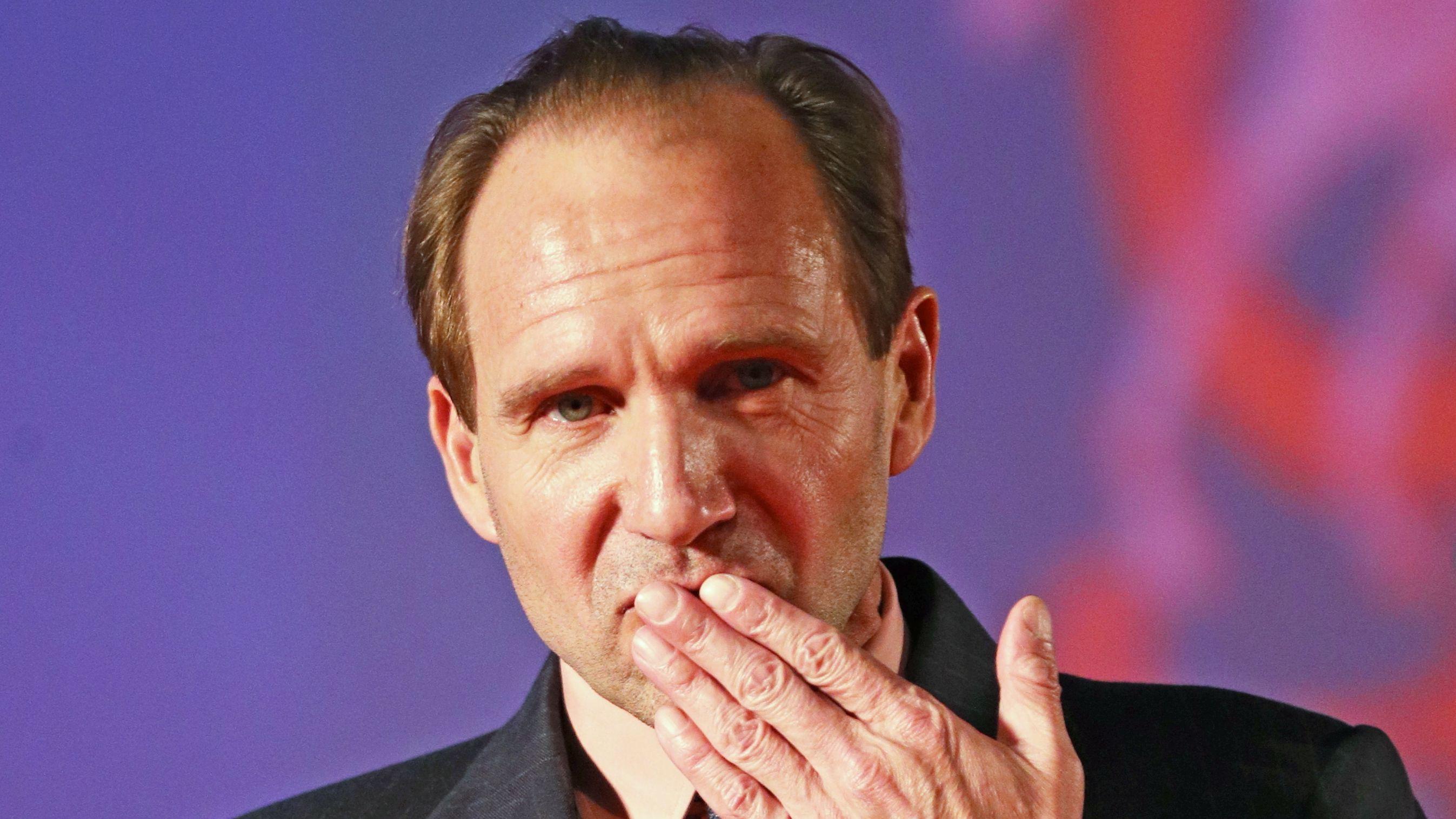 Der britische Schauspieler und Regisseur Ralph Fiennes wirft bei einer Gala in Moskau einen Handkuss ins Publikum