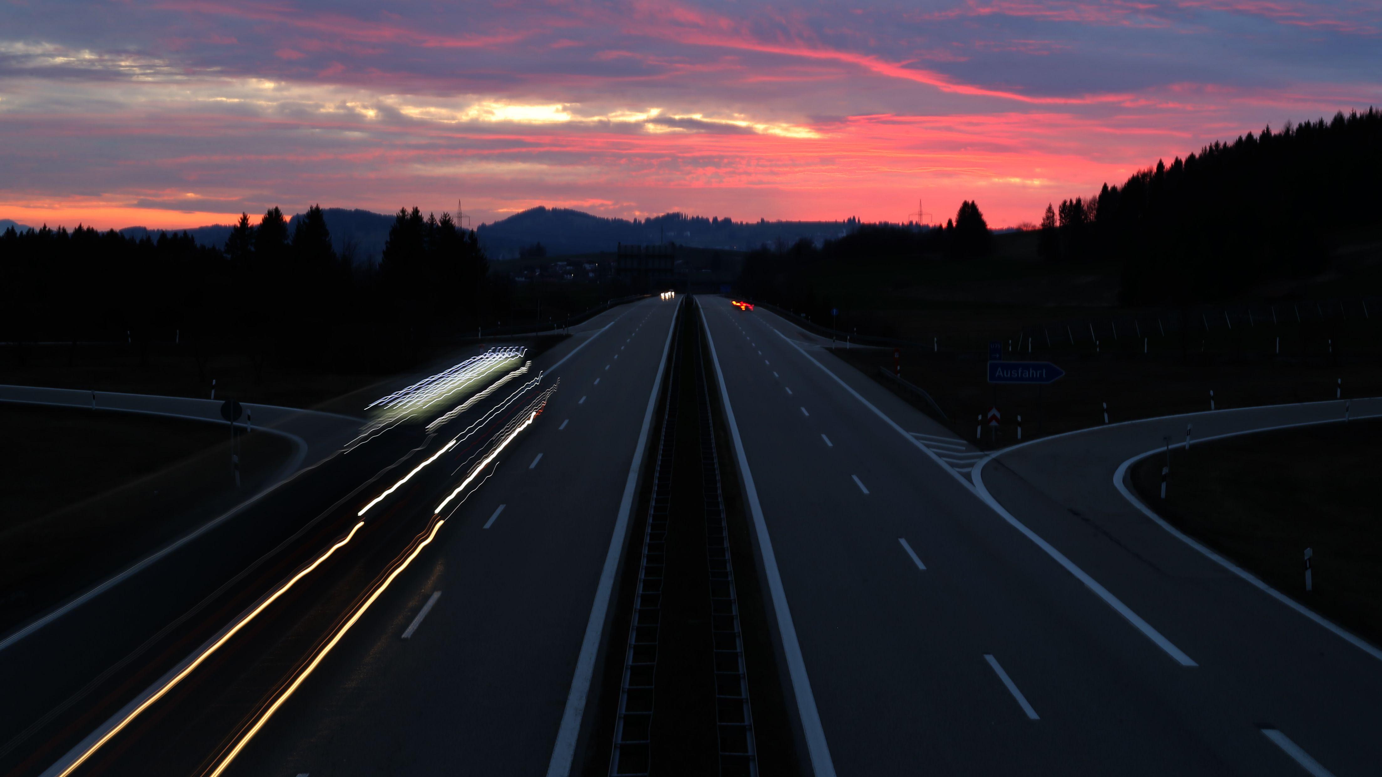 Bayern, Nesselwang: Nur wenige Autos fahren auf der Autobahn 7 (A7), kurz nach Sonnenuntergang.