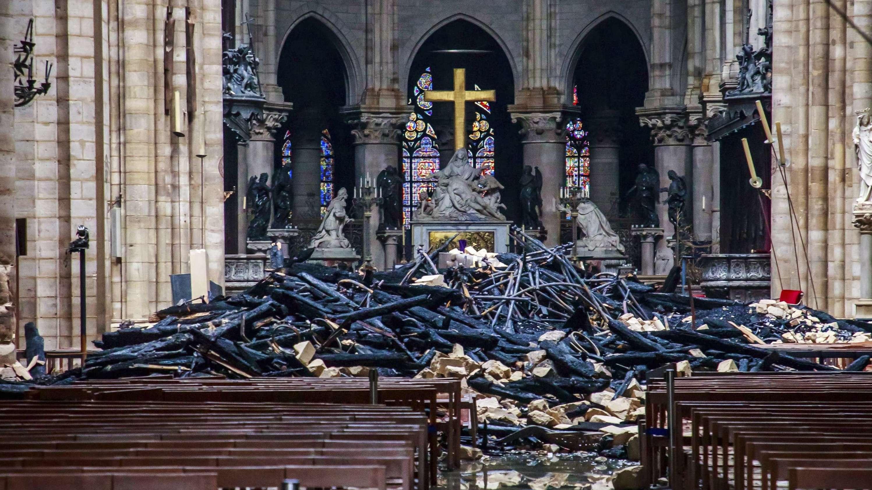 Trümmerteile und verkohlte Holzbalken liegen im Inneren der Kathedrale Notre-Dame in Paris
