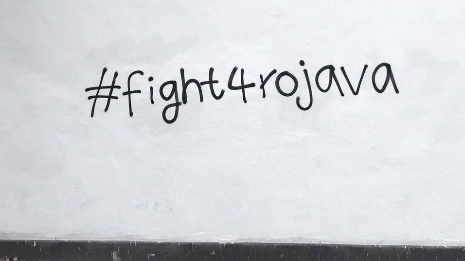 Foto eines Anonymes Graffiti zu Rojava, dem  umkämpften Gebiet der Kurden in Nordsyrien, an einer Mauer in Berlin-Wedding
