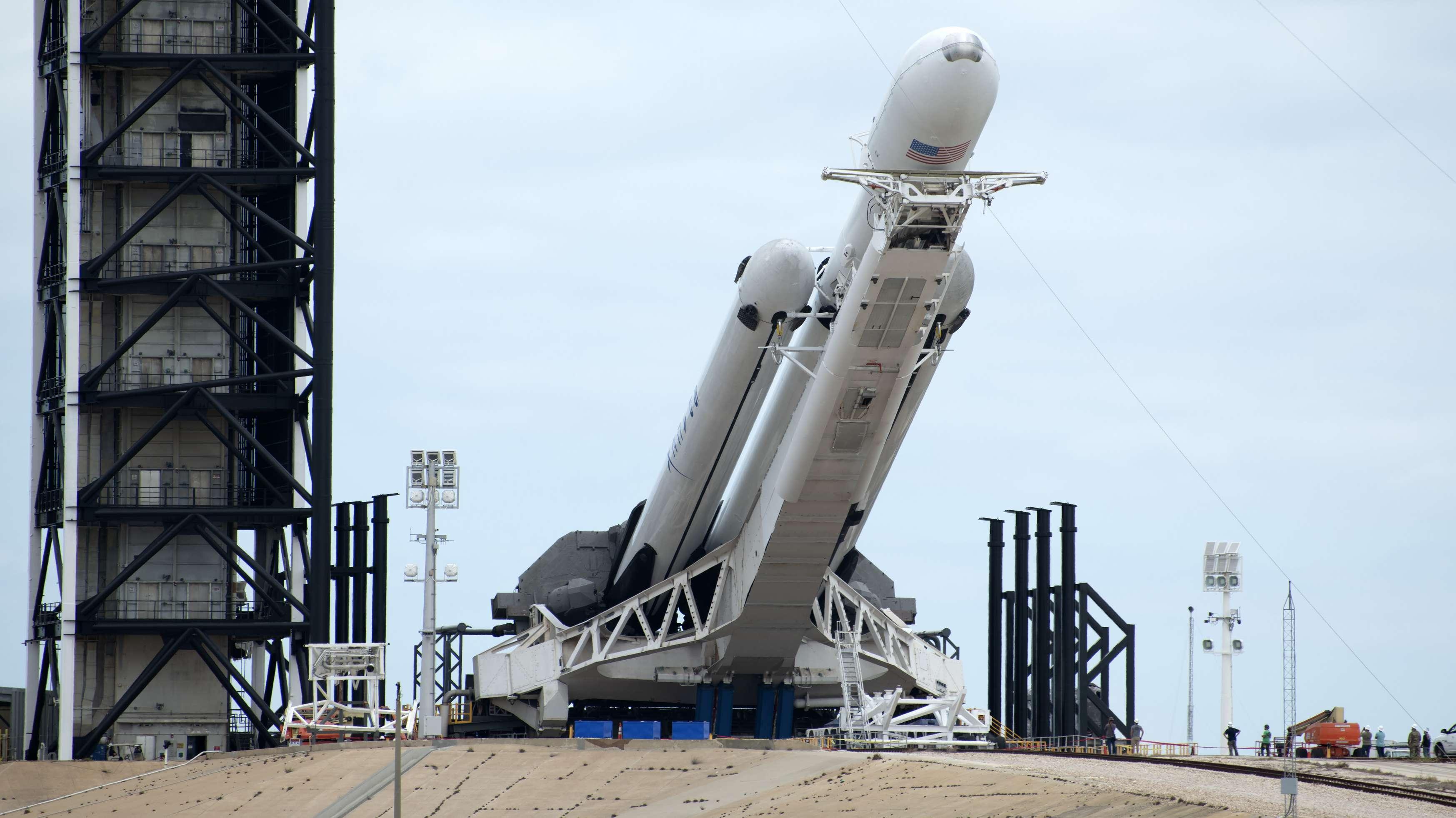 """Eine SpaceX-Rakete des Typs """"Falcon 9 Heavy"""" wird vor dem Star am Kenney Space Center in Florida in Position gehoben."""