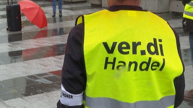 Einzelhandelsmitarbeitende protestieren in Nürnberg