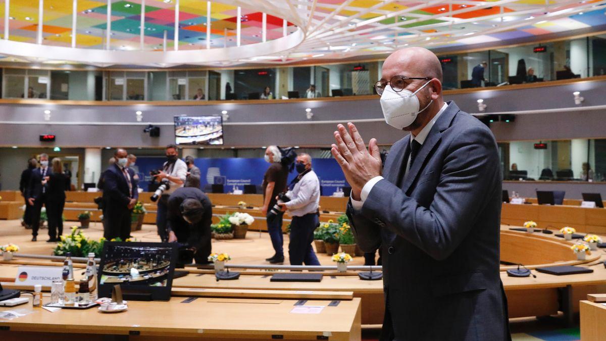 EU-Ratspräsident Charles Michel vor Beginn des Gipfeltreffens in Brüssel. Michel faltet die Hände.