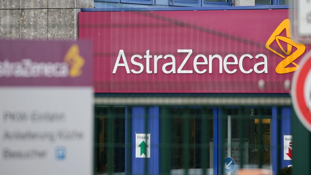 Das Logo mit dem Schriftzug des Pharmaunternehmens Astrazeneca ist an der Deutschlandzentrale des britisch-schwedischen Unternehmens zu sehen.