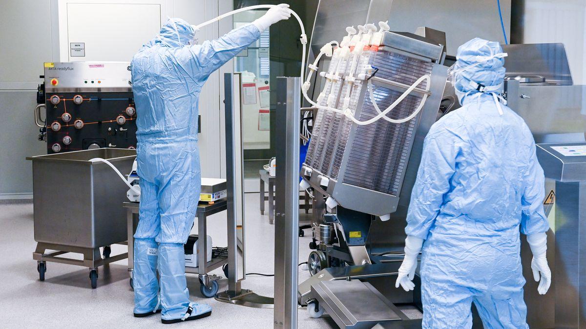 In Schutzanzügen sind Mitarbeiter im Werk des Impfstoffherstellers IDT Biologika in Dessau-Roßlau in der Wirkstoffherstellung beschäftigt.