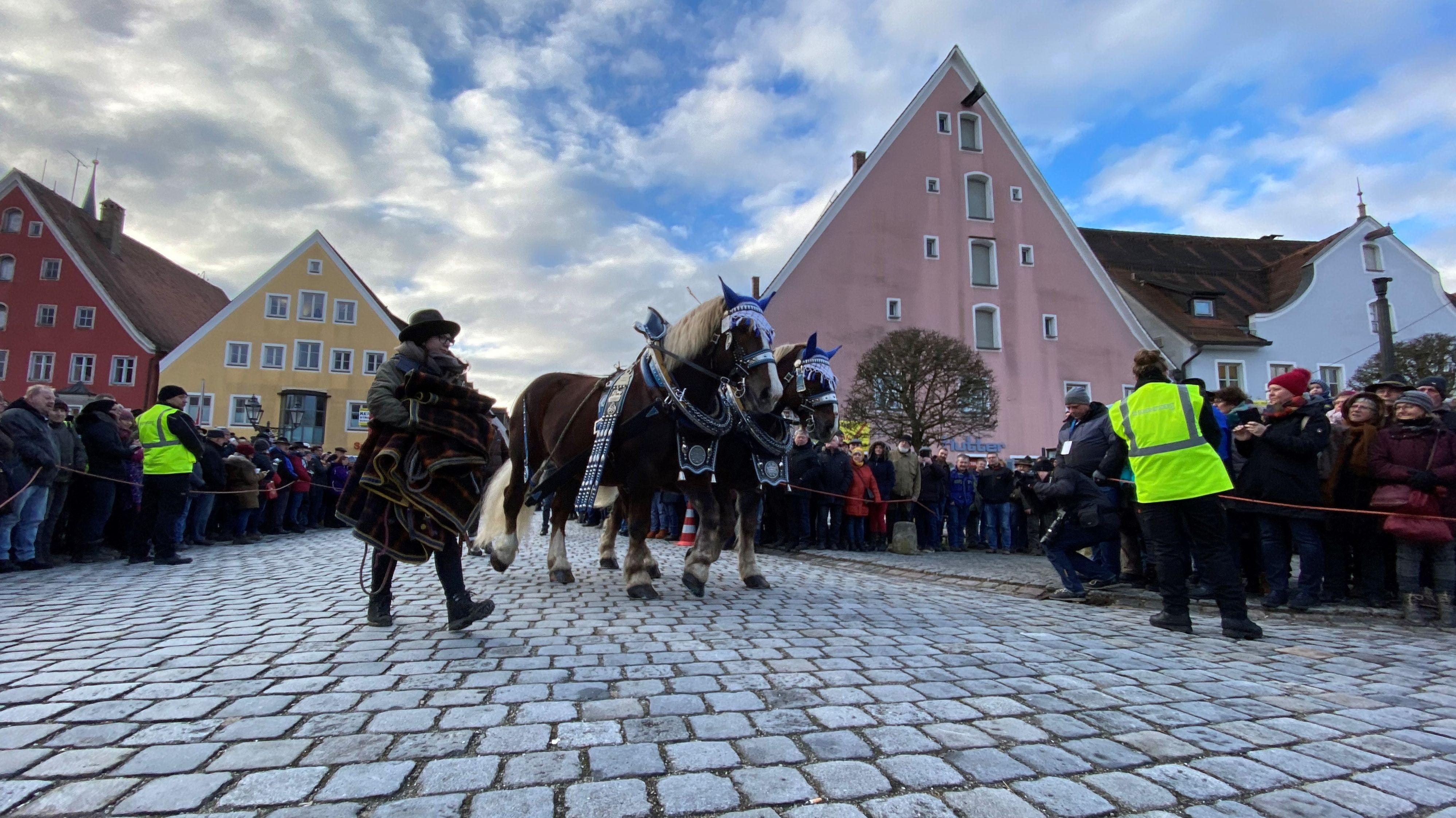 Er gilt als das größte Wintervolksfest Bayerns - der traditionelle Rossmarkt im Landkreis Neumarkt in der Oberpfalz. Mehr als 100 prachtvoll geschmückte Pferde werden präsentiert. Als Festredner wird Innenminister Joachim Hermann erwartet.