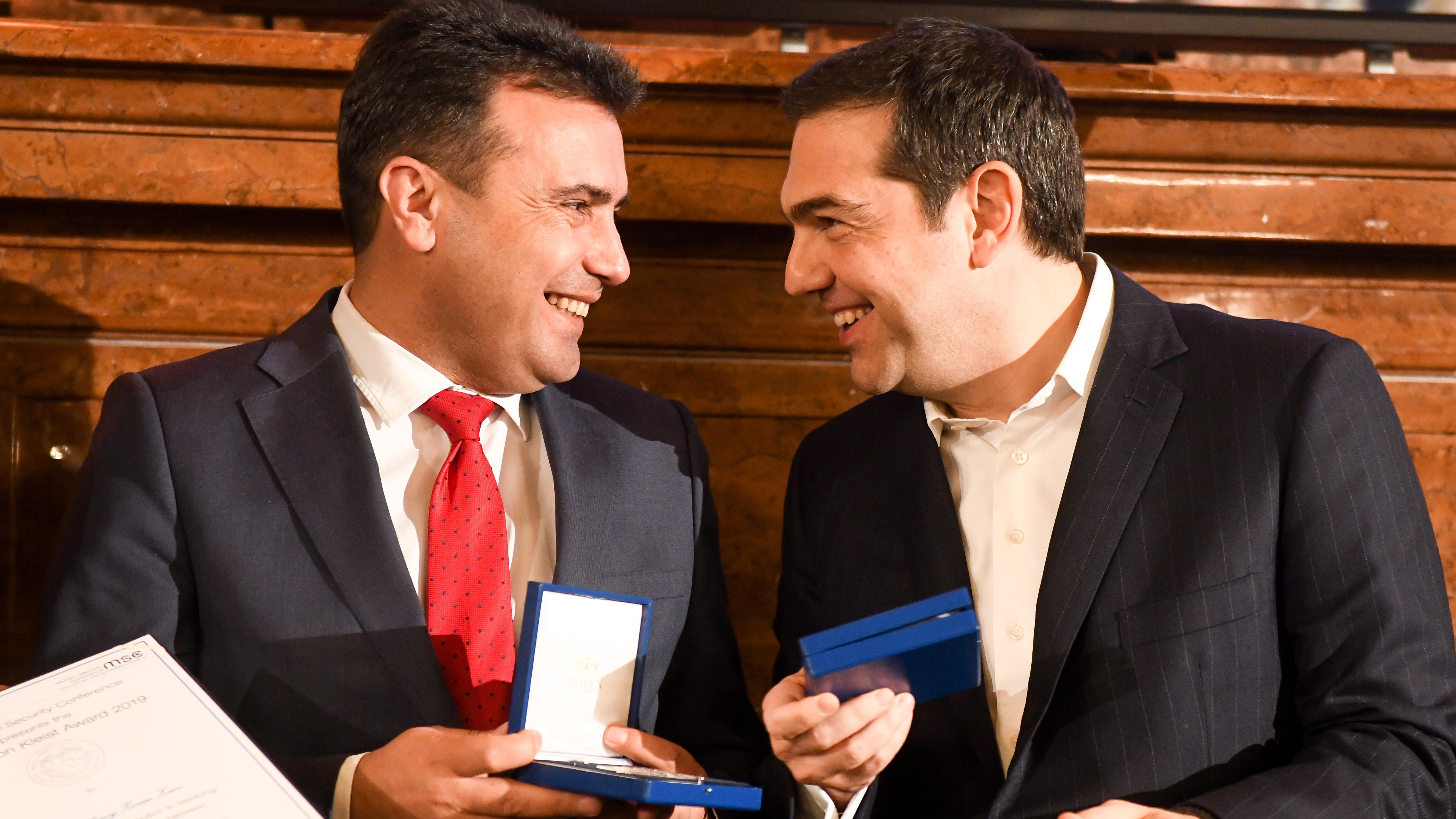 :Alexis Tsipras (r), griechische Premierminister und Zoran Zaev, Premierminister Nordmazedoniens, lachen bei der Verleihung des Ewald-von-Kleist-Preises im Rahmen eines Abendempfangs in der Residenz anlässlich der 55. Münchner Sicherheitskonferenz und halten ihre Auszeichnungen in den Händen.