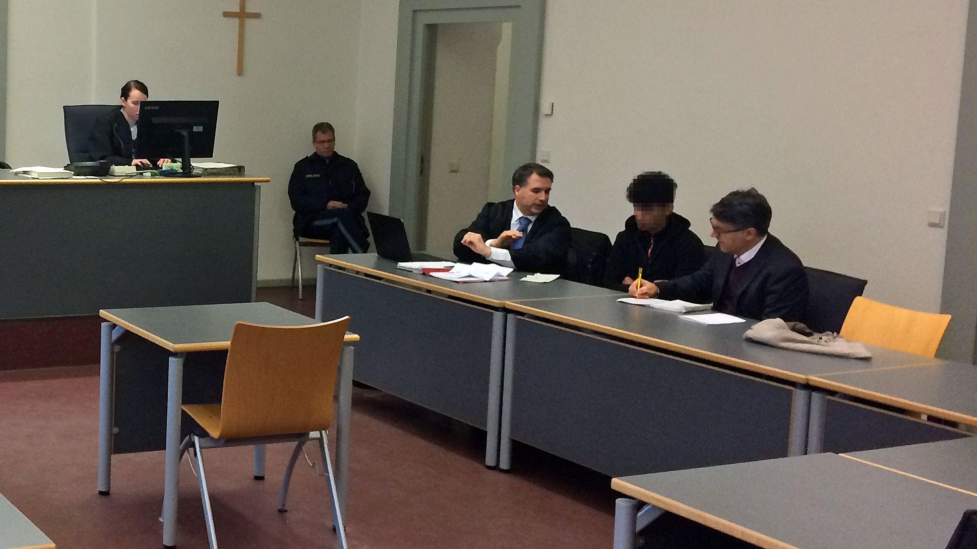 Der Angeklagte (mitte) im Gerichtssaal: der junge Mann legte ein Geständnis ab und entschuldigte sich bei den Geschädigten.