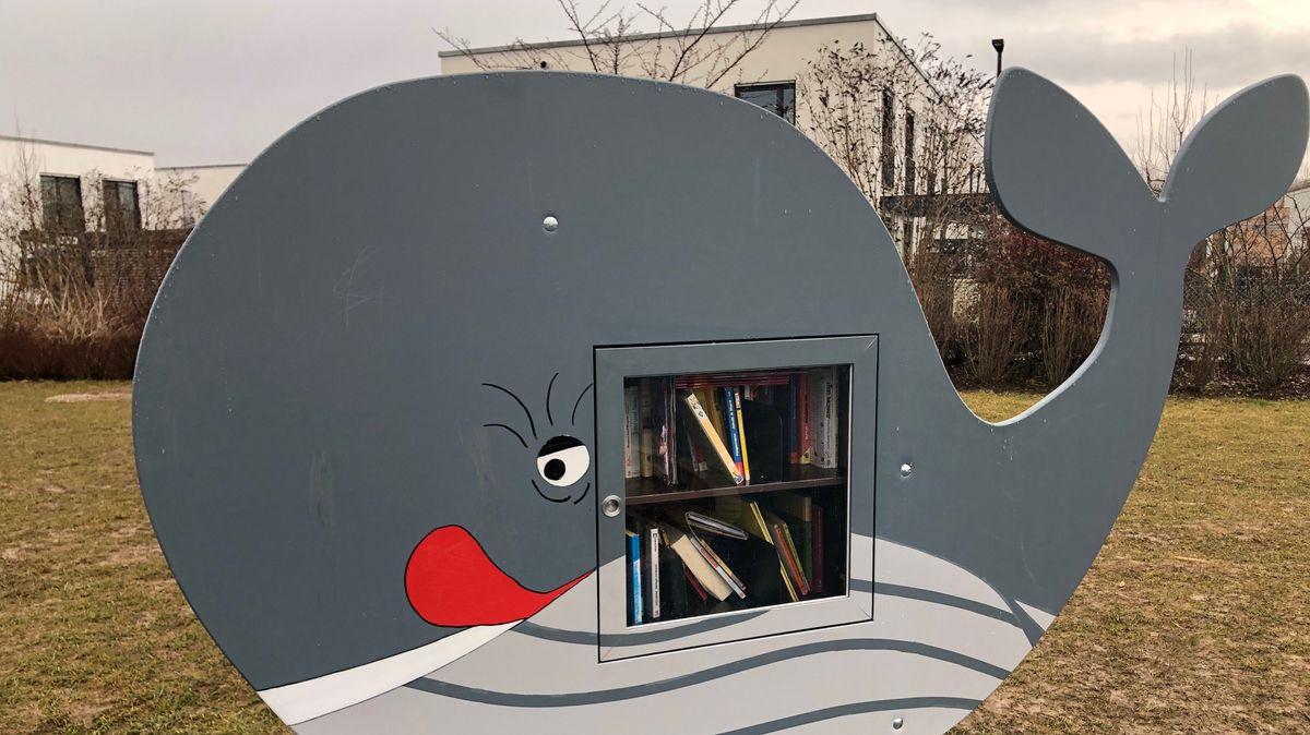 """In Poing gibt es auf dem Piratenspielplatz """"Bücherwale""""."""