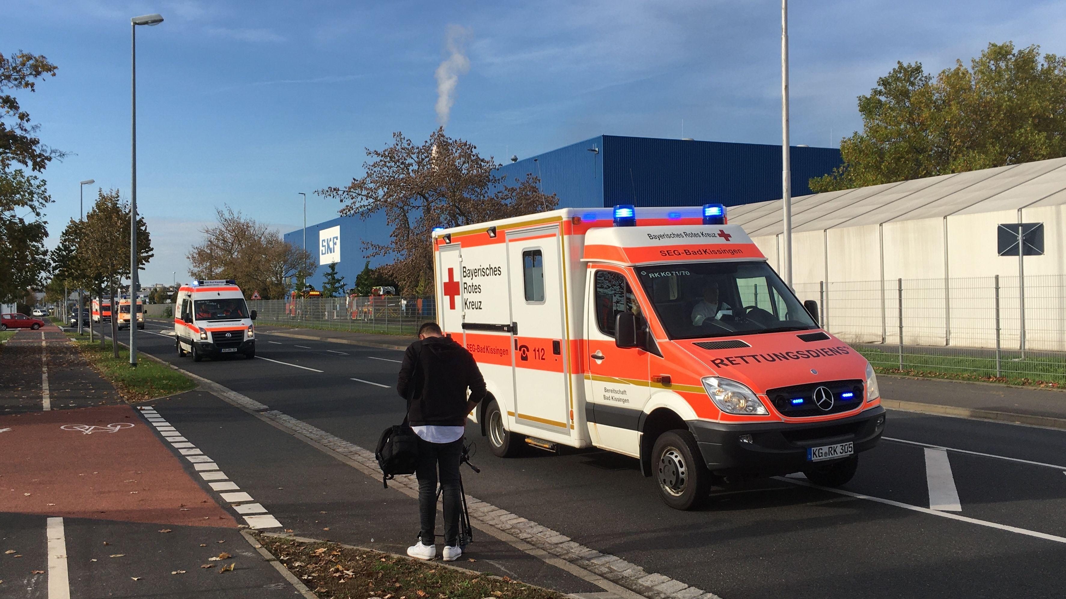 Rettungswägen vor dem SKF-Gelände in Schweinfurt
