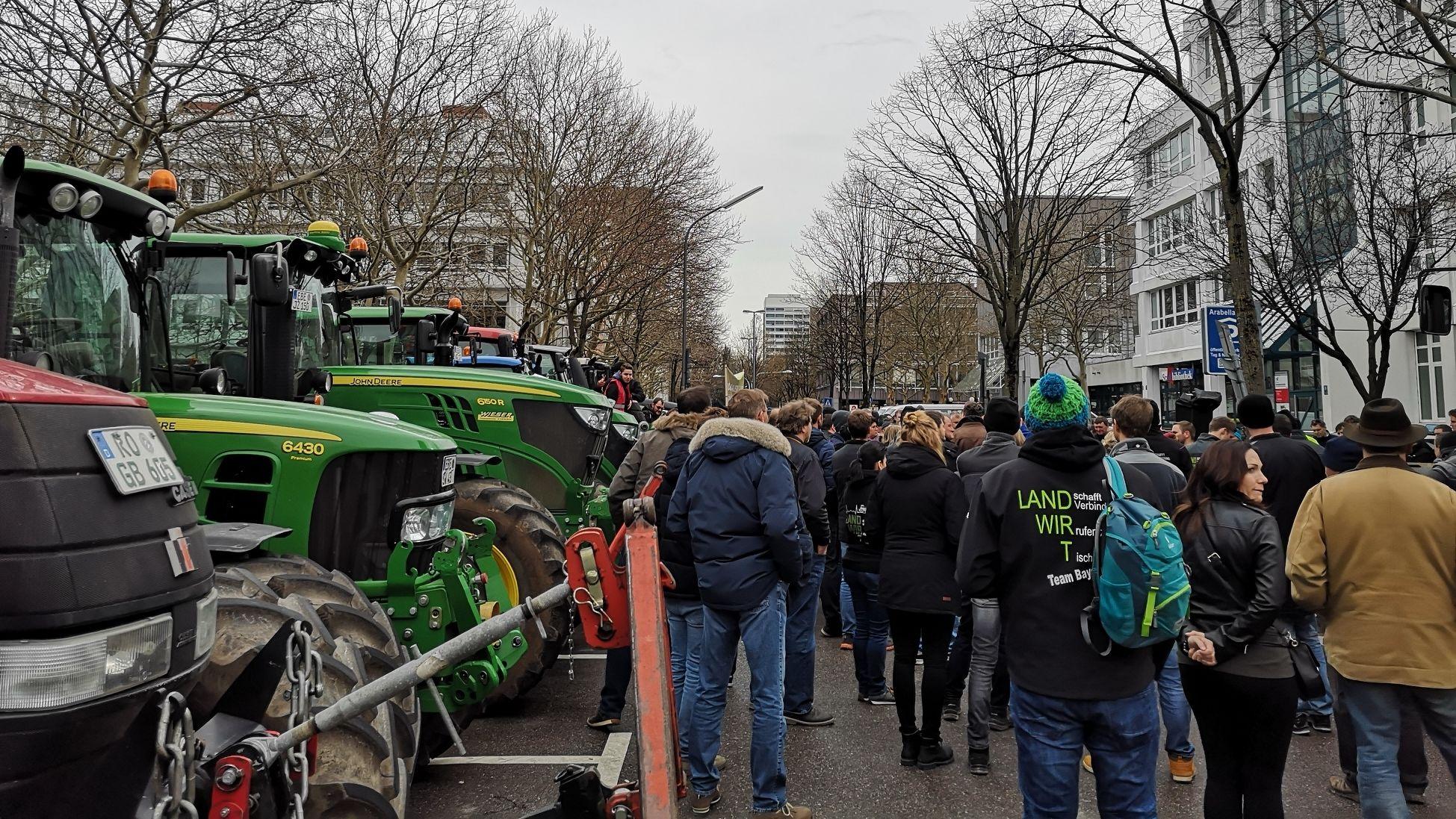 Rund 200 Menschen demonstrierten am Mittag in München<