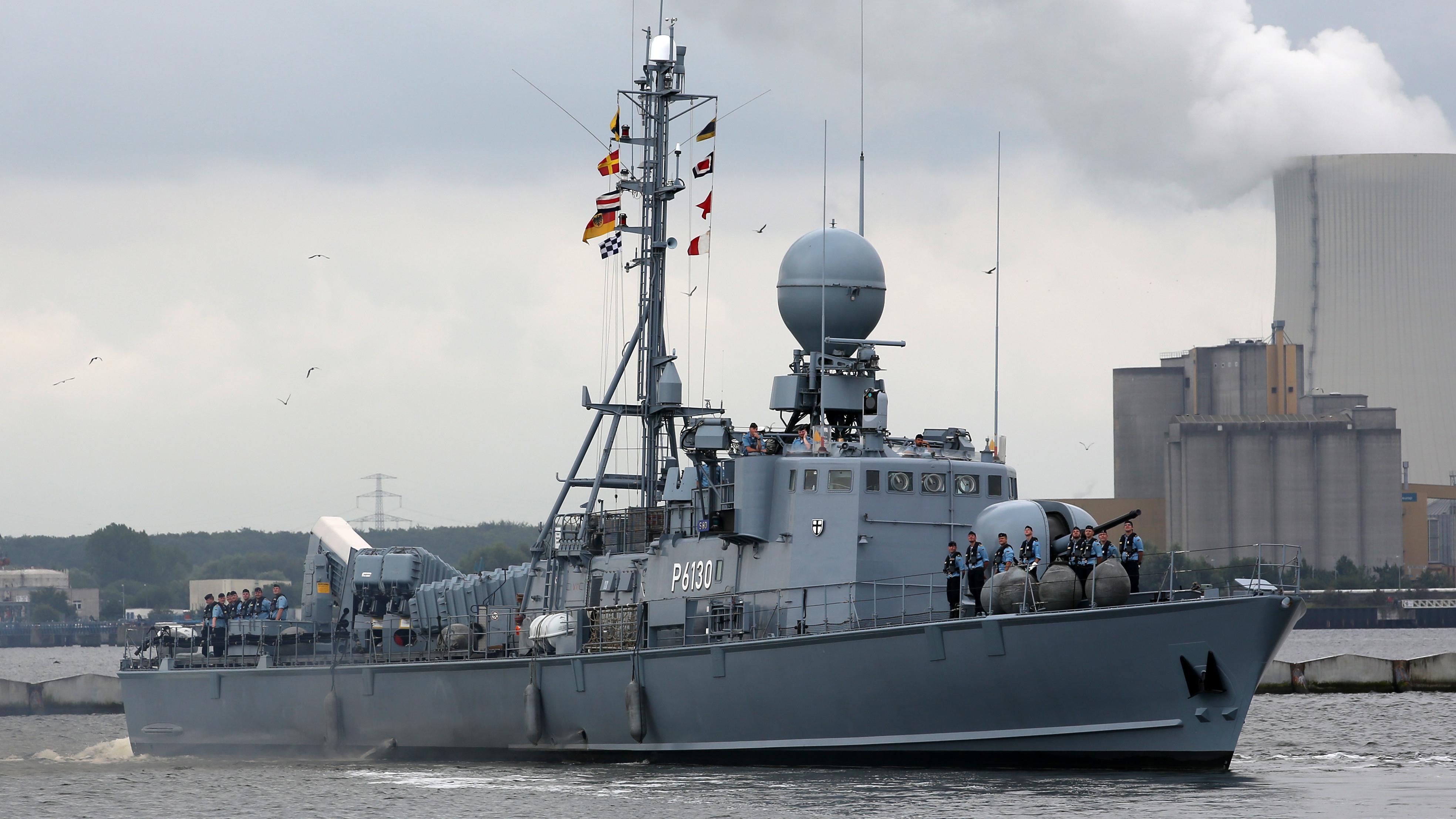 """Das Schnellboot """"Hyäne"""" nimmt 2015 an dem UNIFIL-Einsatz gegen Waffenschmuggel teil und löst die """"Erfurt"""" ab, die in der EU-Mission """"Atalanta"""" vor Somalia gebraucht wird."""