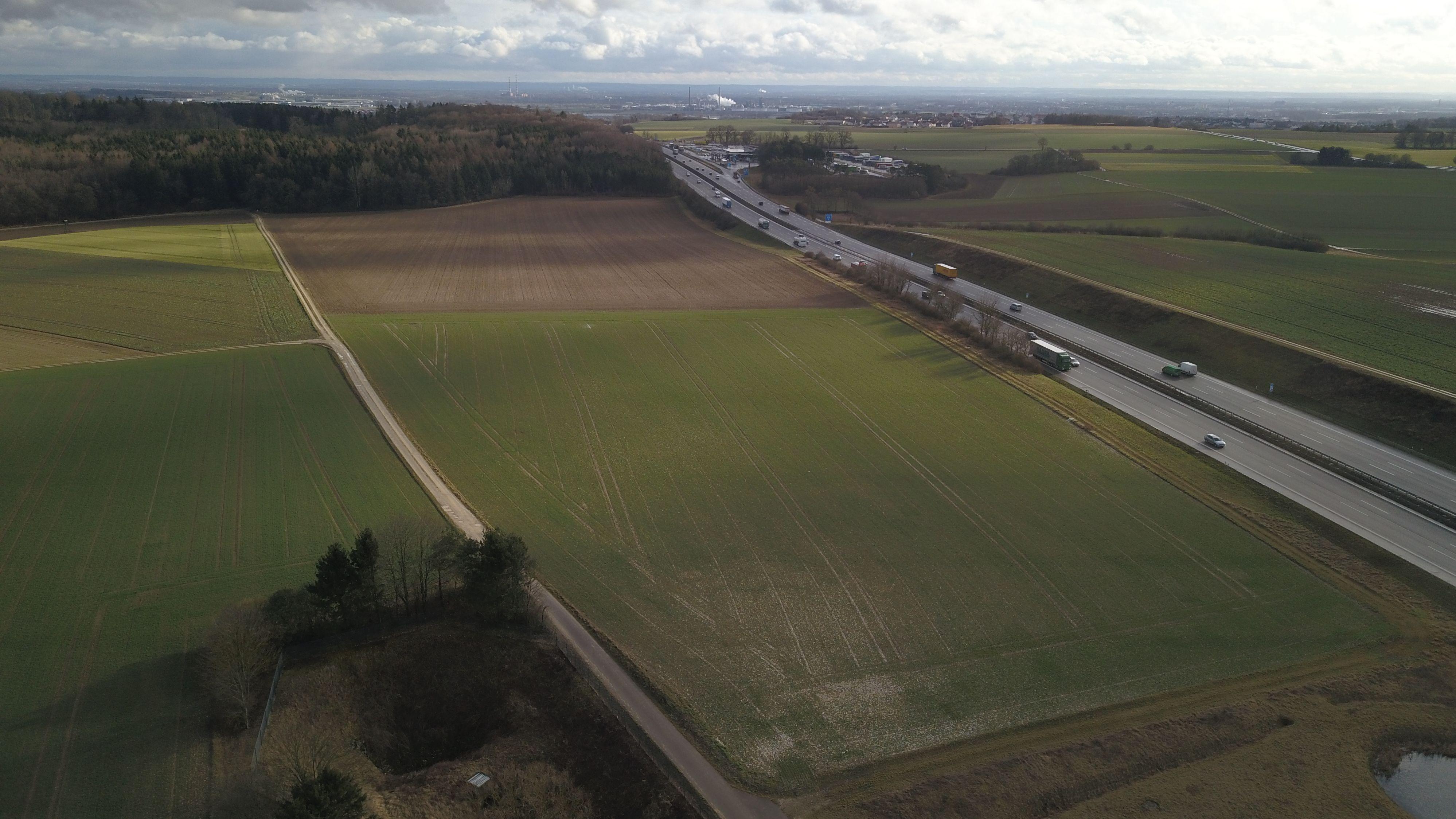 Auf dem Feld neben der A9 soll die neue Mastanlage errichtet werden. Blick von oben mit einer Drohne.