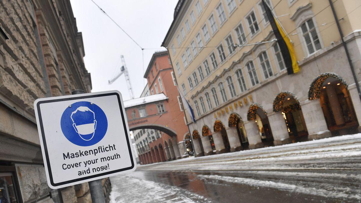 Schild verweist auf Maskenpflicht in der Münchner Innenstadt