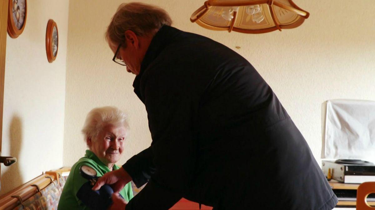 Landarzt Siegfried Kopp behandelt eine Patientin