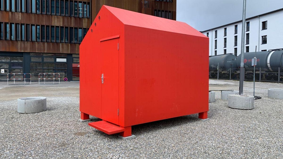 """Das kleine, rote """"Haus 0"""" des Utopia Toolbox-Projekts """"Obdach"""" steht auf dem Gaswerksgelände in Augsburg."""