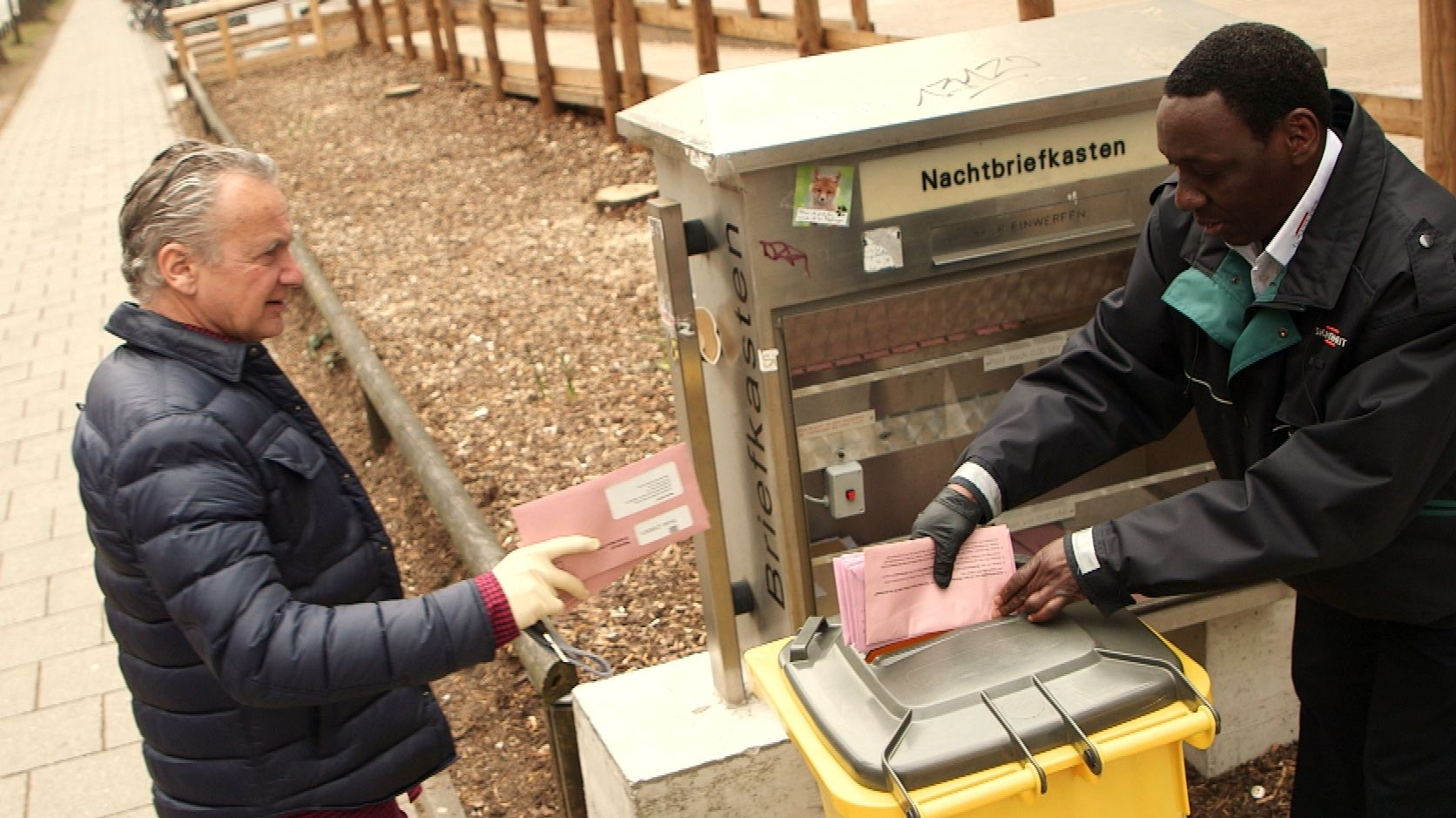 Ein Man bringt seine Wahlunterlagen am Münchner Kreisverwaltungsreferat zu einem von fünf Sonderbriefkästen, die extra für die kommunale Stichwahl errichtet wurden.