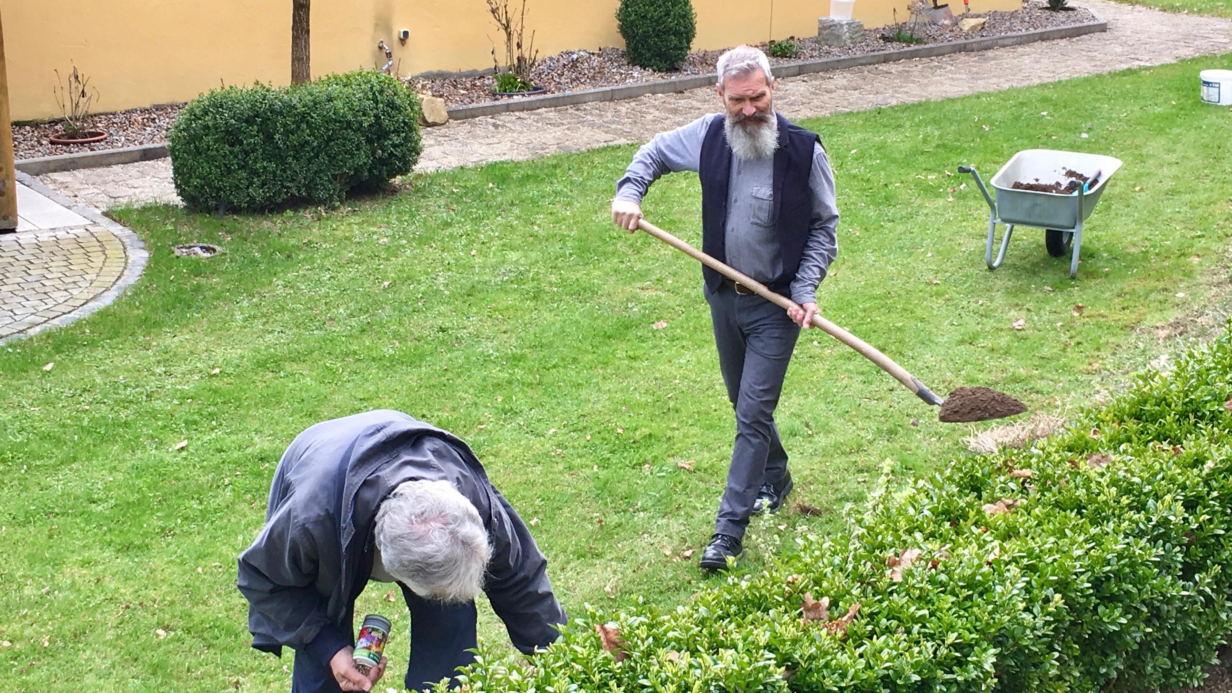 Bruder Otto bei der Gartenarbeit am Stammsitz der Klausnervereinigung, Frauenbründl bei Bad Abbach.