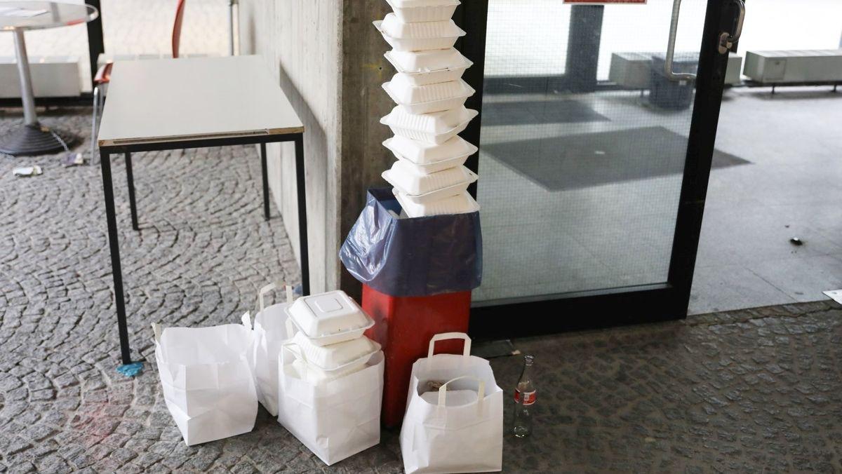 Müll vor der Mensa an der Universität Regensburg