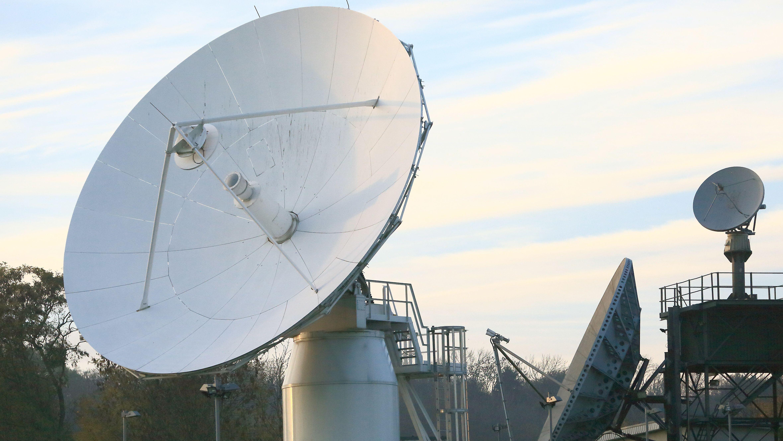 Die Dienststelle des Bundesnachrichtendienstes in Schöningen (Niedersachsen), aufgenommen am 03.11.2015. Mittels Parabolantennen werden Signale von Satelliten abgefangen. Mit der Abhörstation, kann der BND im Ausland über Funk übertragene Telefonate oder E-Mails auswerten.