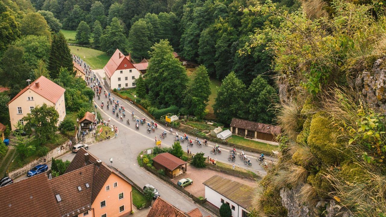 Blick von oben auf die BR-Radltour 2019 auf der dritten Etappe von Hollfeld nach Lauf an der Pegnitz