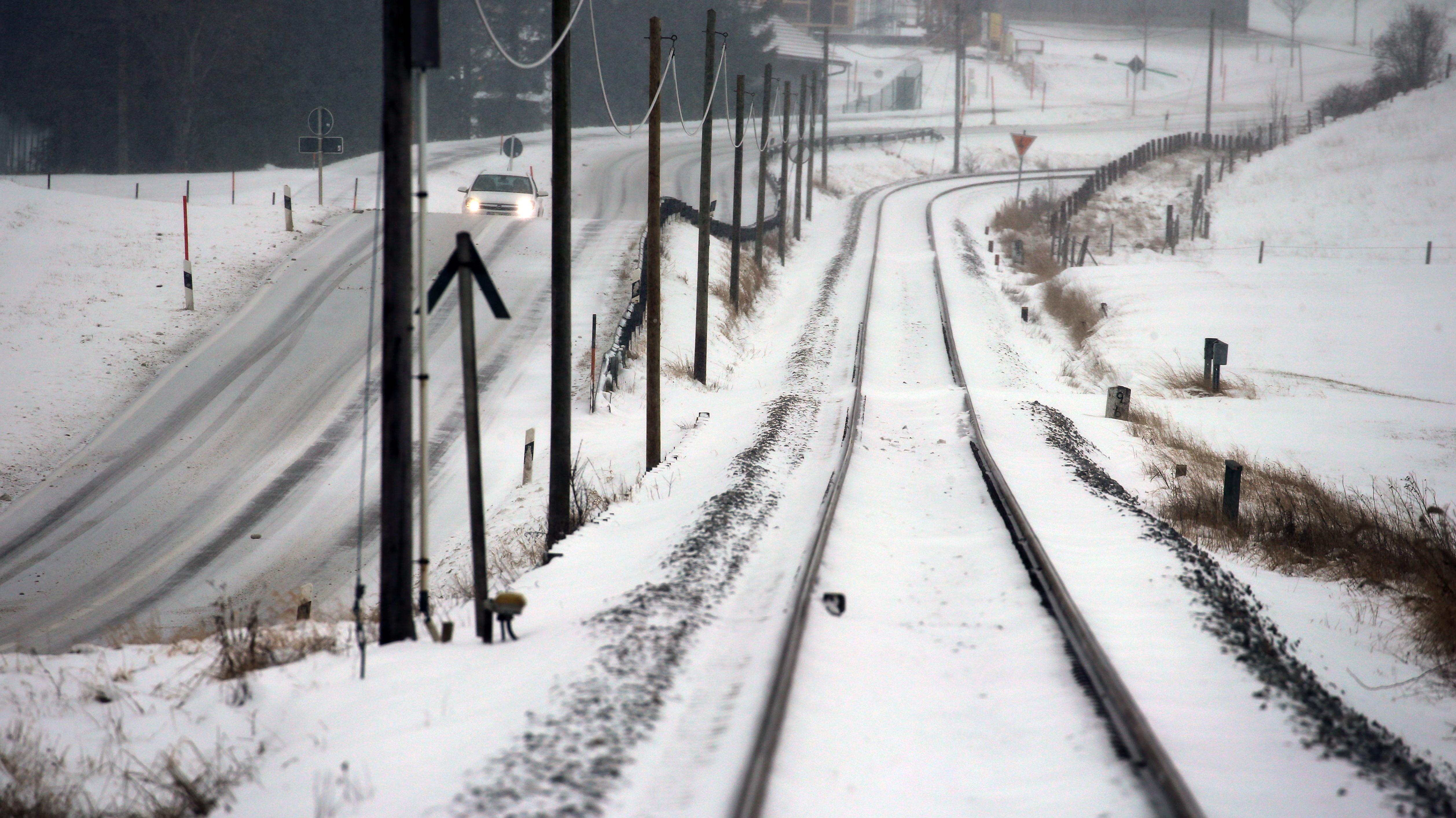 Verschneite Bahnstrecke