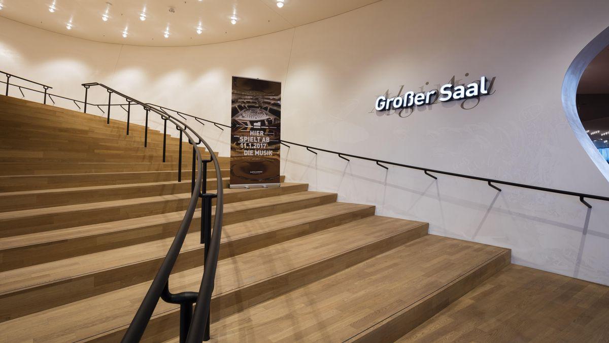 Auf einer Holztreppe zum Großen Saal wurden die Markierungen verbreitert