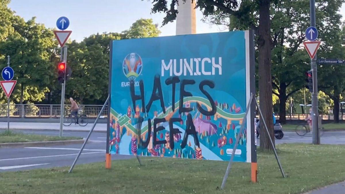 Unbekannte haben in München mehrere EM-Banner des europäischen Fußballverbandes UEFA gestohlen und beschmiert.