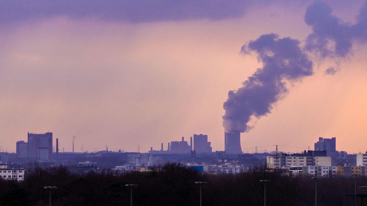 Industrie-Kulisse in Köln: Um ihren CO2-Ausstoß zu verringern, muss die Wirtschaft umrüsten - oder zahlen.
