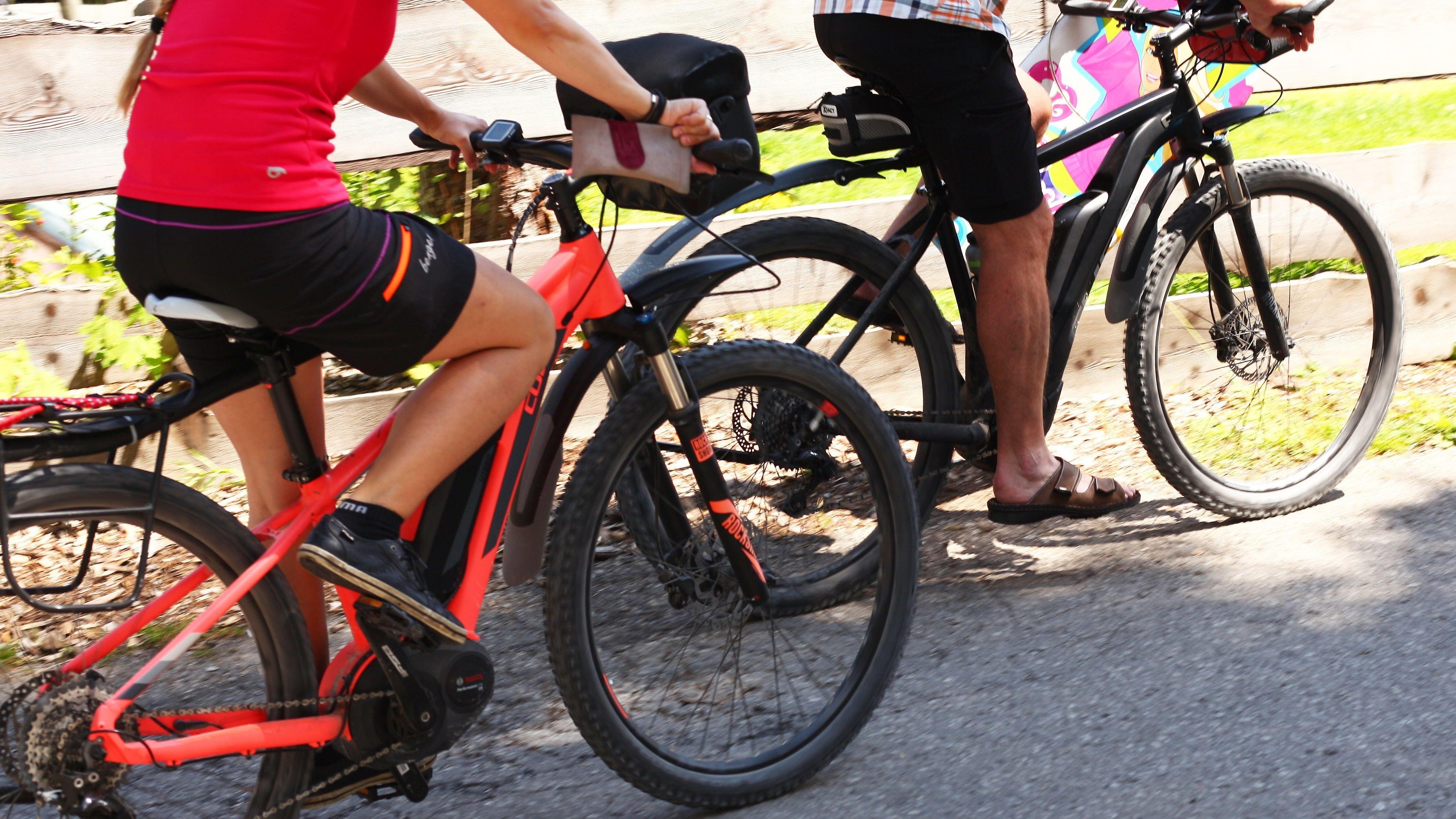 E-Biker auf einem Radweg durch die Berge