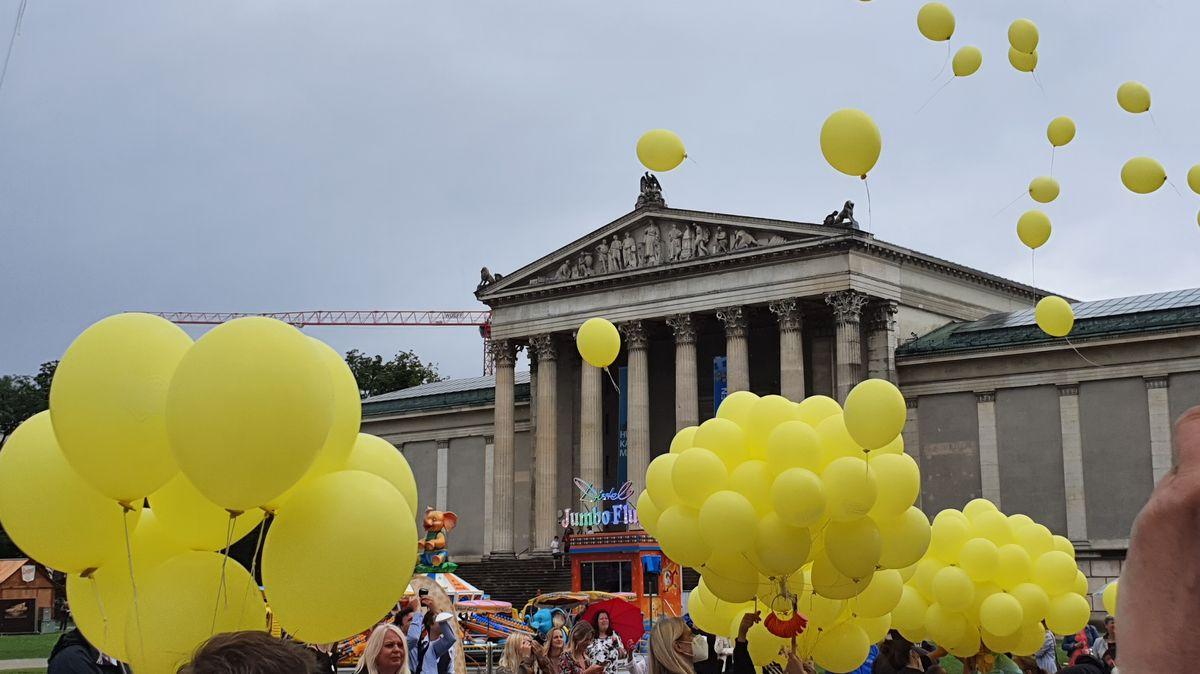 """Luftballons bei der Eröffnung vom """"Sommer in der Stadt"""" auf dem Münchner Königsplatz"""