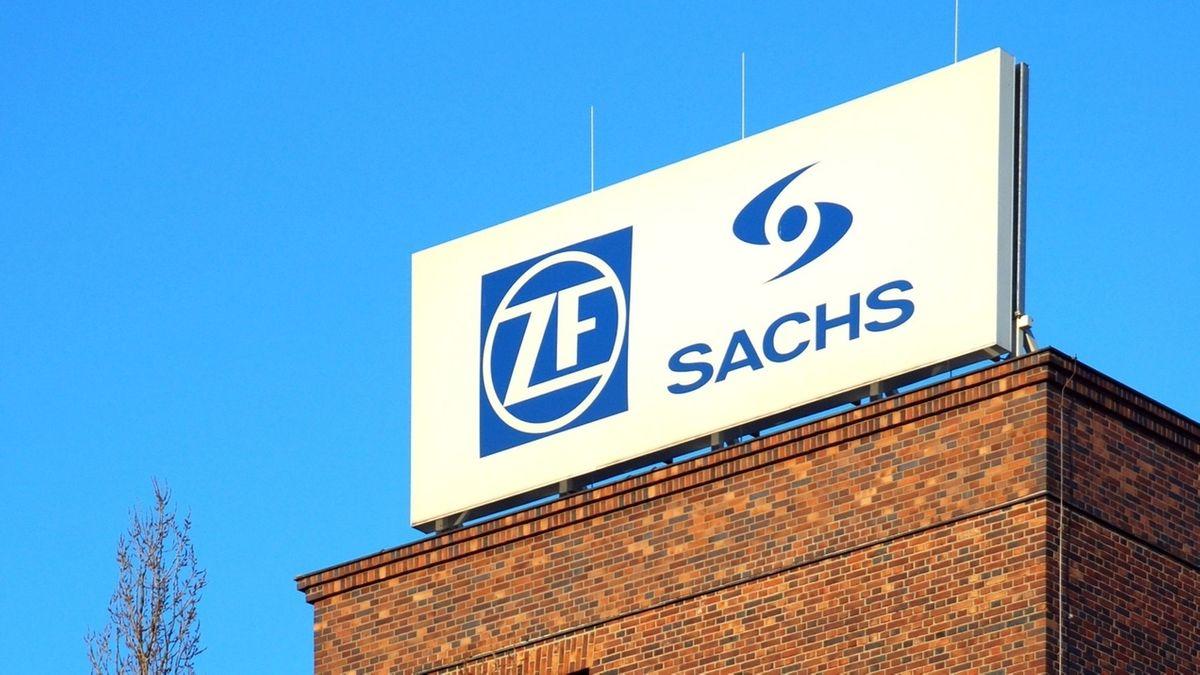 Schild auf einem Gebäude des Automobilzulieferers ZF in Schweinfurt (Symbolbild).