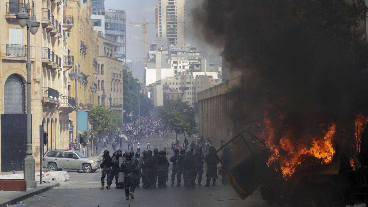 Proteste nach der schweren Explosion in Beirut im Libanon.