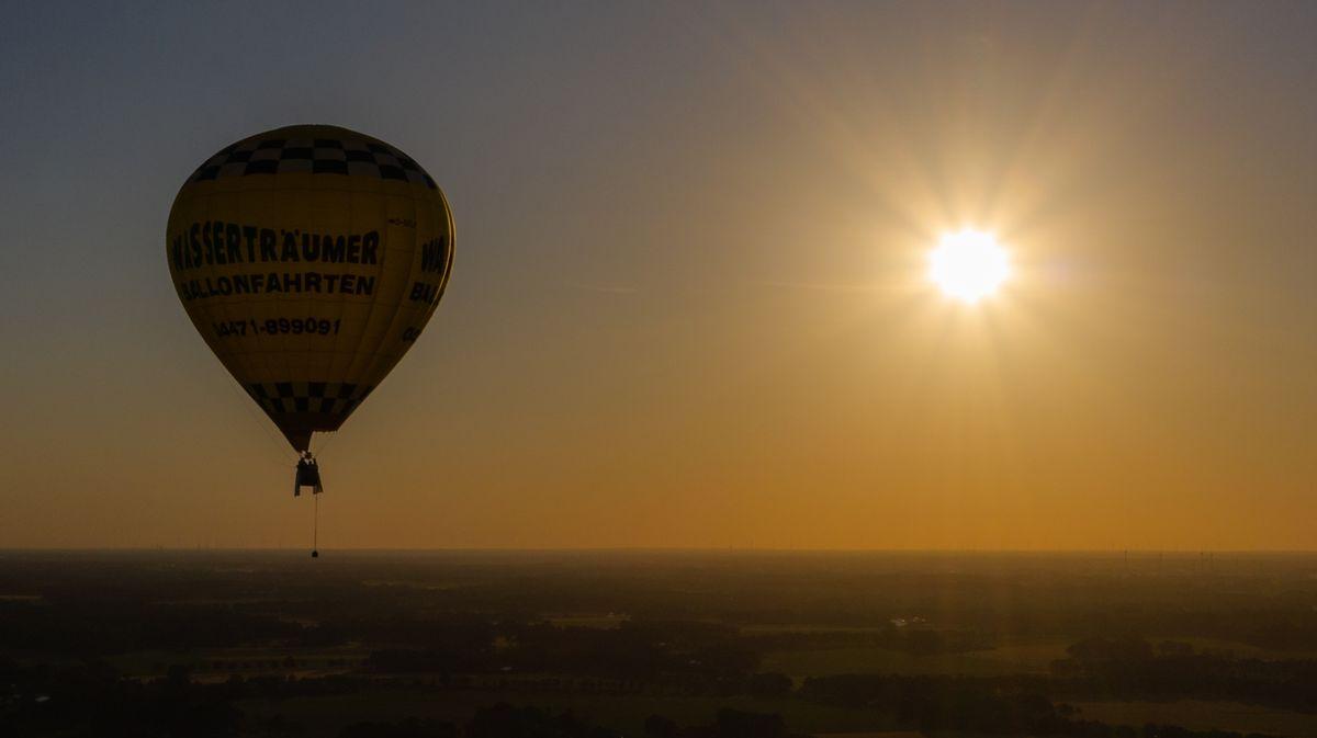 Heißluftballon bei untergehender Sonne (Symbolbild)